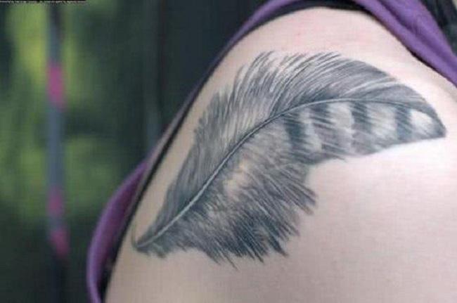 Tatuagem de pena no Ombro